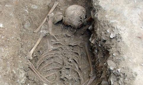 Arque�logos italianos encontram esqueleto de menina enterrada de bru�os perto de igreja, na Liguria