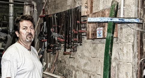 Francesco Tuccio, carpinteiro que faz cruzes com os restos das embarca��es