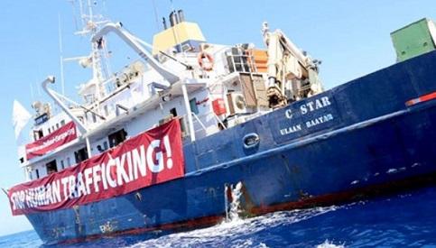 Navio 'anti-imigrantes' causa polêmica no Mar Mediterrâneo
