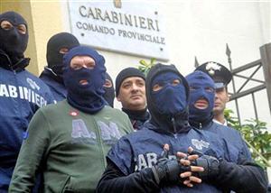 Forças especiais da polícia da Itália posam após operação antimáfia na cidade de Palermo