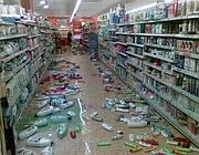 Produtos no chão de um supermercado em Langhirano, após o tremor