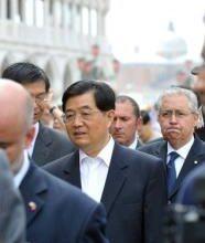 O presidente chinês, Hu Jintao, desistiu de participar da reunião do G8 na Itália, que fora convidado, e voltou à China por causa dos conflitos em Xinjiang que já deixaram 156 mortos