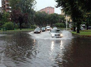 Fortes chuvas que caíram esta manhã em Milão levaram a cidade ao caos