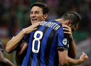 Thiago Motta, de costas, comemora seu primeiro gol com a camisa da Inter, e o primeiro da goleada por 4 a 0 sobre o arqui-rival Milan