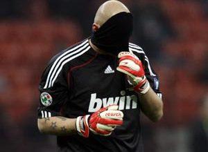 O goleiro do Milan, Abbiati, esconde a cara após levar gol da Udinese. O resultado eliminou seu time do restante da Copa da Itália