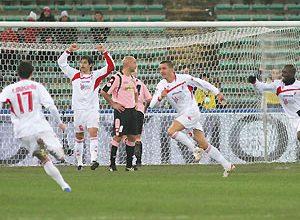 Atletas do Bari comemoram gol na vitória por 4 a 2 contra o Palermo