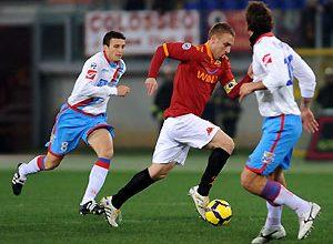 O volante da Roma, De Rossi, além de ter auxiliado na construção das jogadas, fez o gol da classificação de seu time para as semifinais da Copa da Itália