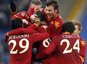 Atletas da Roma comemoram gol da vitória contra o Siena. O resultado coloca o clube na segunda posição ao lado do Milan