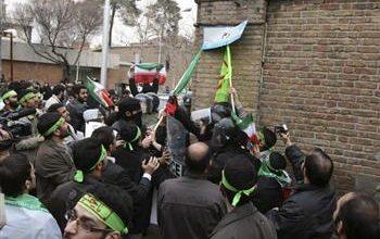 Iranianos apedrejam a Embaixada da Itália em Teerã