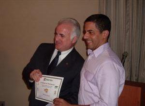 O conselheiro do Comites, Sebastião Zoli, entrega o prêmio para o terceiro colocado André Carneiro da Cunha