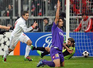 O atacante Klose, de branco, comemora gol da vitória de seu Bayern contra a Fiorentina. O gol foi em impedimento e o erro foi criticado pelos próprios veículos de comunicação alemães.