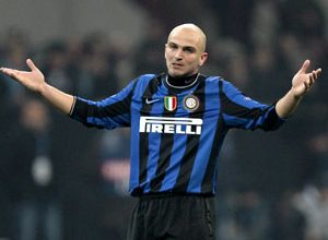 O interista Cambiasso é um dos quatro defensores do time que estão fora de combate contra a Udinese