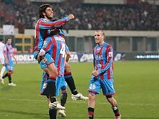 Jogadores do Catania comemoram gol no duelo contra o Bari