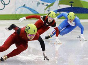 A chinesa Meng (na esquerda), a canadense St-Gelais (no meio), e a italiana Arianna Fontana (na direita) ficaram, respectivamente em primeiro, segundo e terceiro lugares