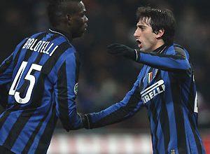 Os atacantes da Inter, Balotelli (esq) e Milito (dir), comemoram o gol da vitória sobre a Fiorentina, pelas semifinais da Copa da Itália